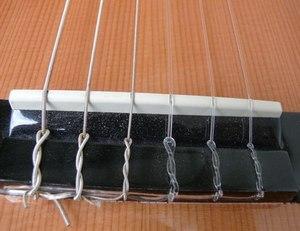 Крепление струн на классической гитаре